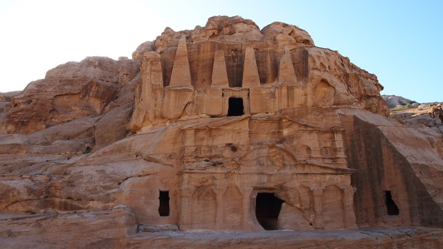Obeliskengrab am Eingang Petras