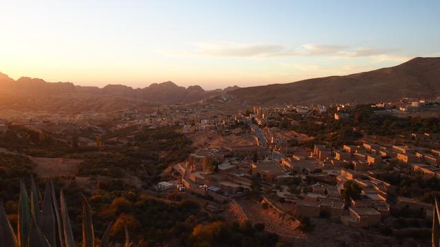 Die Stadt Wadi Musa von oben